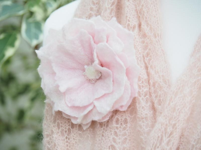 Kleinesbild - * BEZAUBERNDE BLÜTE * zum Anstecken * in Pastellrosé * aus feiner Wolle * handgefertigt *