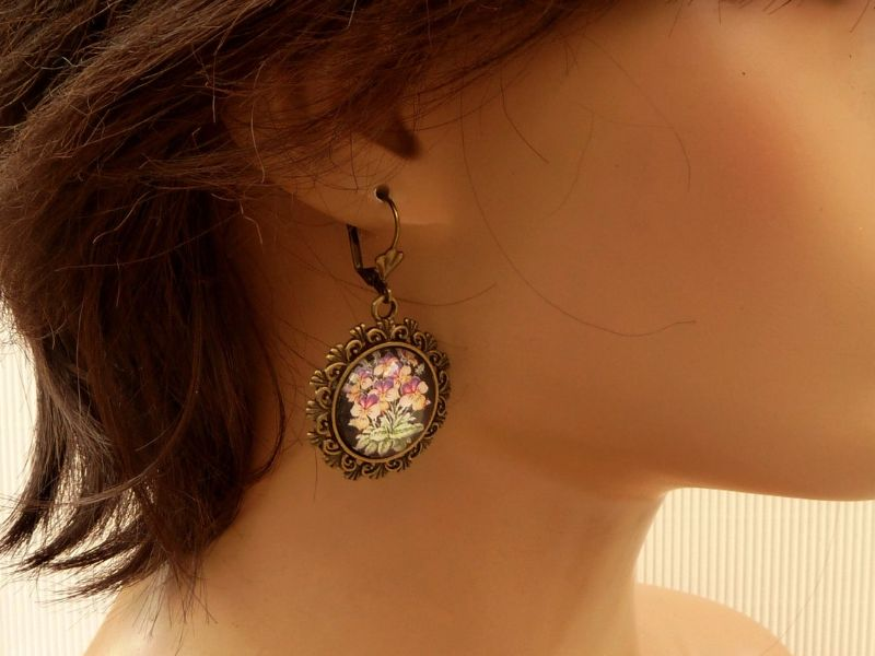 Kleinesbild - Ohrringe mit Stiefmütterchen Motiv in lila bronze Cabochon Schmuck Geschenkidee Frau