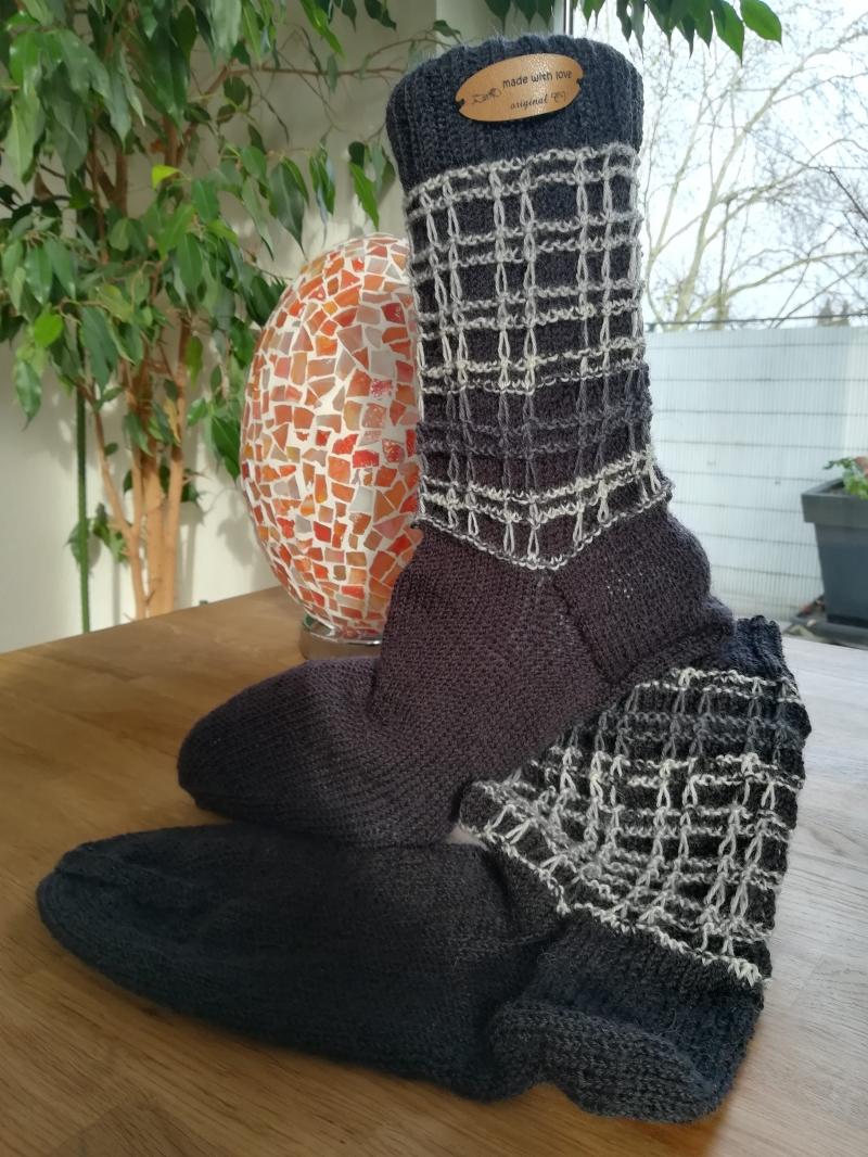 - Handgestrickte Socken mit plastischem Muster am Bund - Handgestrickte Socken mit plastischem Muster am Bund