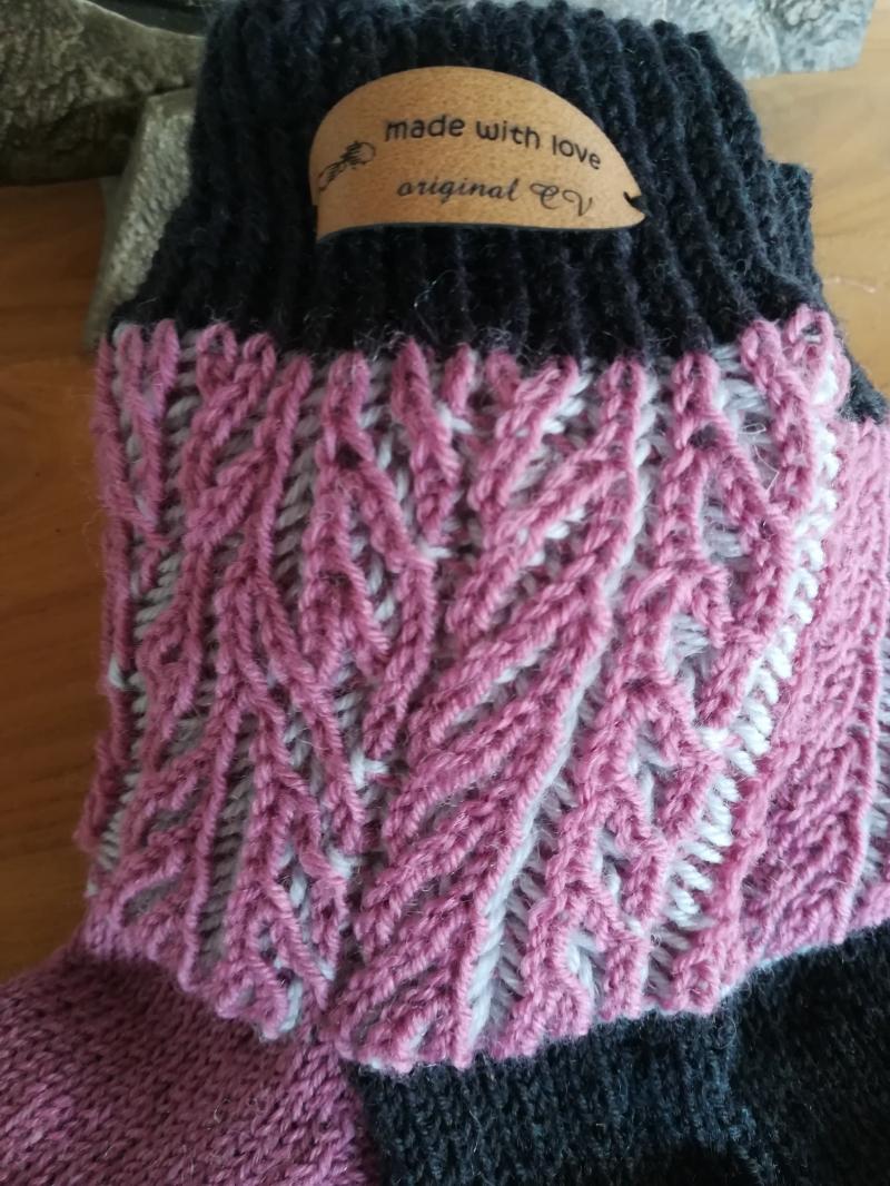 Kleinesbild - Handgestrickte Socken mit plastischem Muster am Bund