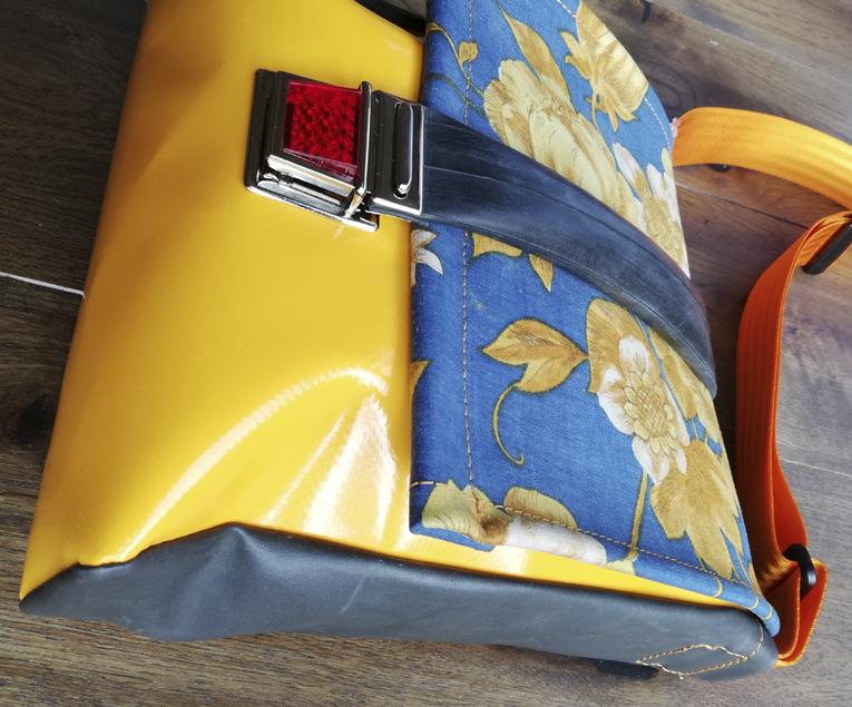 Kleinesbild - Taschen aus Luftmatratze und LKW Plane mit Blumenmuster aus dem letzten Jahrtausend, jede REH. Tasche ist ein Unikat!