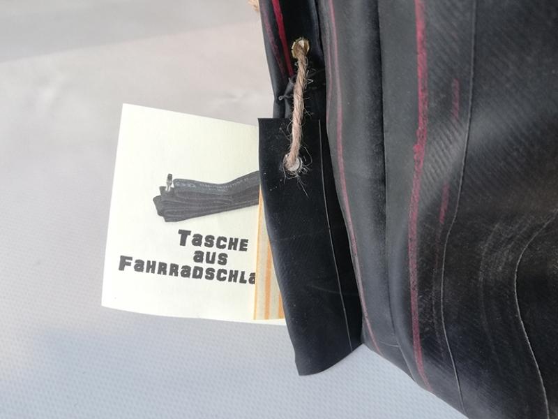 Kleinesbild - Tasche aus Fahrradschlauch, Unikat, Clutch, Kulturtasche, Klettverschluss,rote Nähte, schwarz, Recycling, Klimaschutz, Upcycling (Kopie id: 100216234)