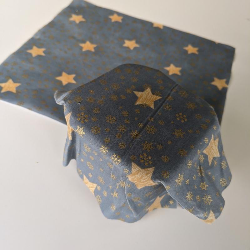 Kleinesbild - Vegan Wachstuch Plastikfrei einpacken abdecken Aufbewahrung Geschenk Weihnachten Nicolaus Adventskalender  Sterne Schneeflocken rot gold graublau