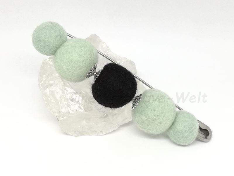 - Filzbrosche aus Schurwolle mit Filzkugeln gefilzt  - Filzbrosche aus Schurwolle mit Filzkugeln gefilzt