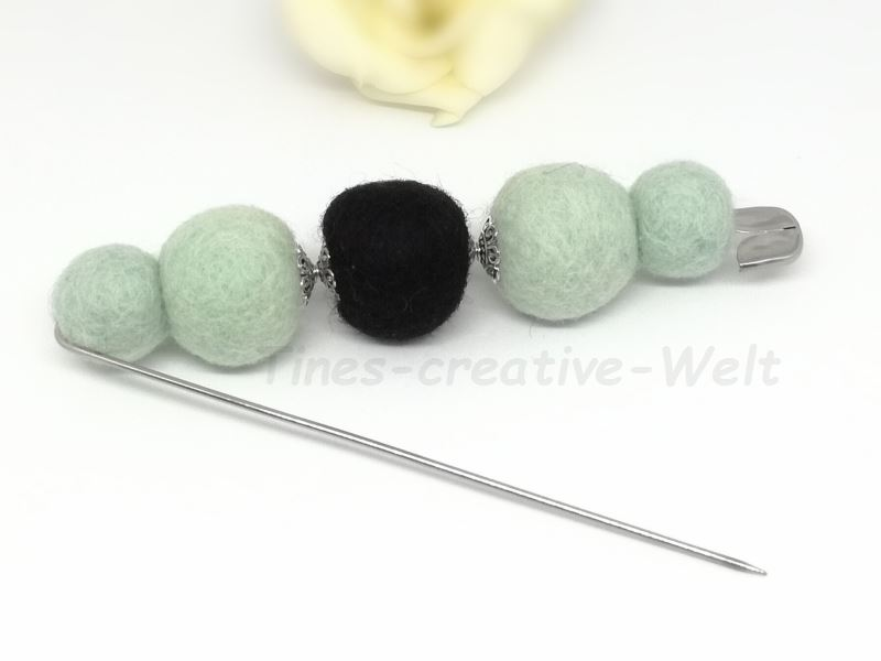 Kleinesbild - Filzbrosche aus Schurwolle mit Filzkugeln gefilzt
