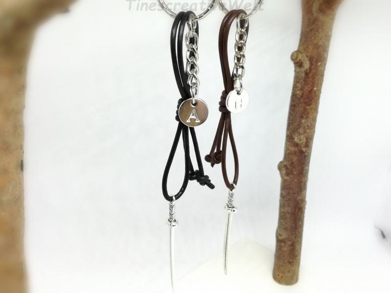 Kleinesbild - Personalisierter Schlüsselanhänger Schwert 3D, Lederband, Initiale, Taschenanhänger, Anhänger, Geschenk für Männer