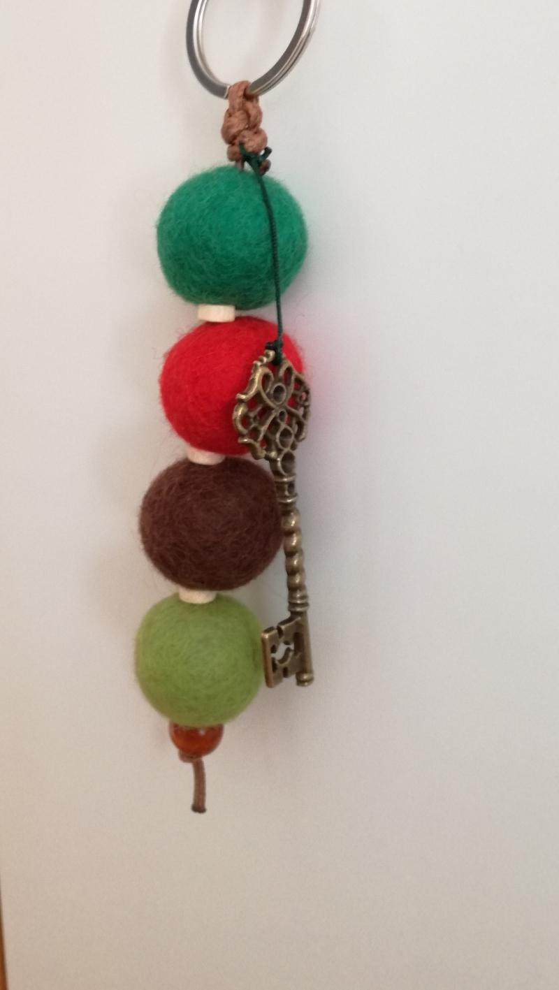 - Großer Schlüsselanhänger mit Filzkugeln aus Schurwolle und Holzperlen - Großer Schlüsselanhänger mit Filzkugeln aus Schurwolle und Holzperlen