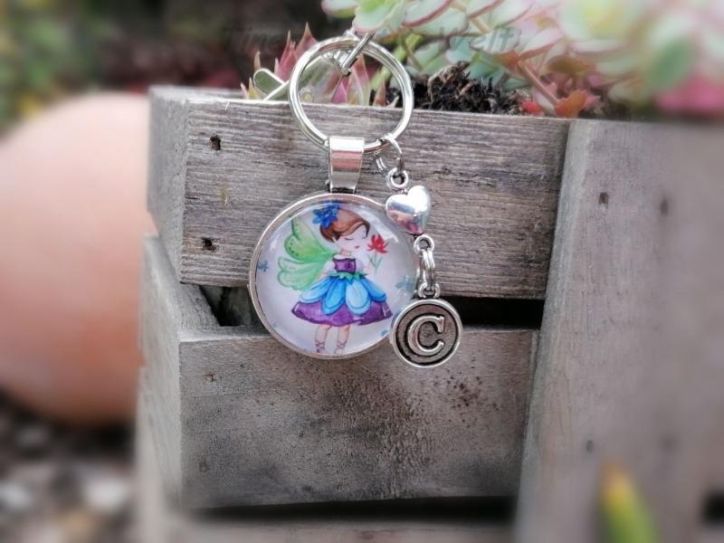 Kleinesbild - Personalisierbarer Schlüsselanhänger, Glascabochon, Elfe, Fee, Märchen, Karabinerhaken mit Wirbel, Geschenk für Frauen