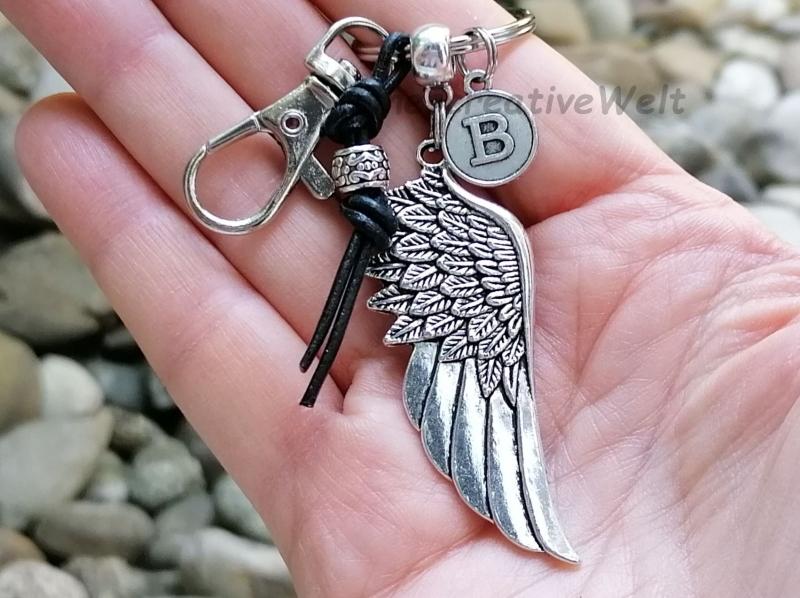 Kleinesbild - Personalisierbarer Schlüsselanhänger, Engelsflügel, Leder, Taschenanhänger, Glücksbringer, Karabinerhaken mit Wirbel, Geschenk für Männer