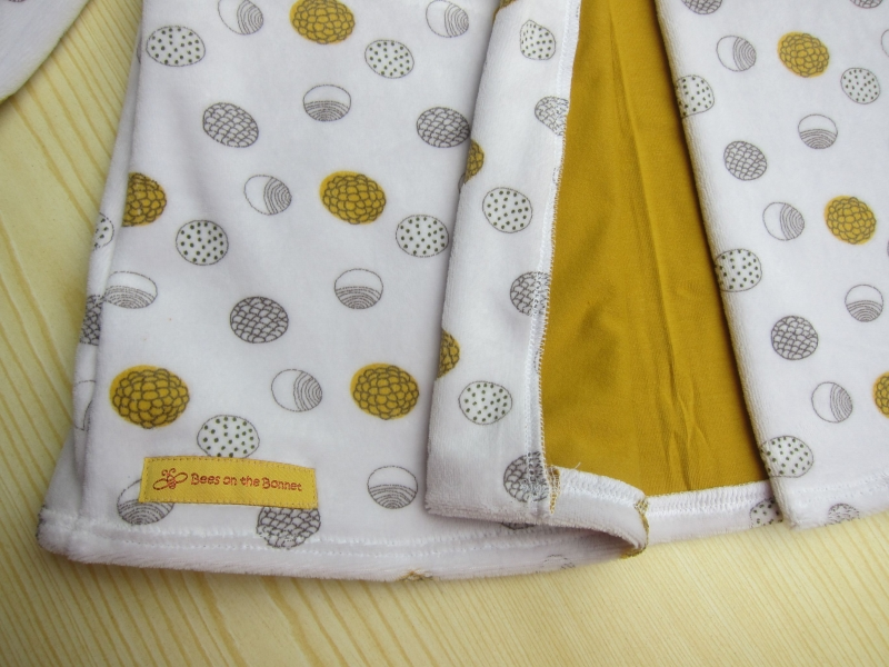 Kleinesbild - Kapuzen Übergangs Mantel in weißen Nicki mit Kreise in ocker und grau, Innenfutter Jersey, Mantel, Buben oder Mädchen, Gr Eu 98-104 Herbst