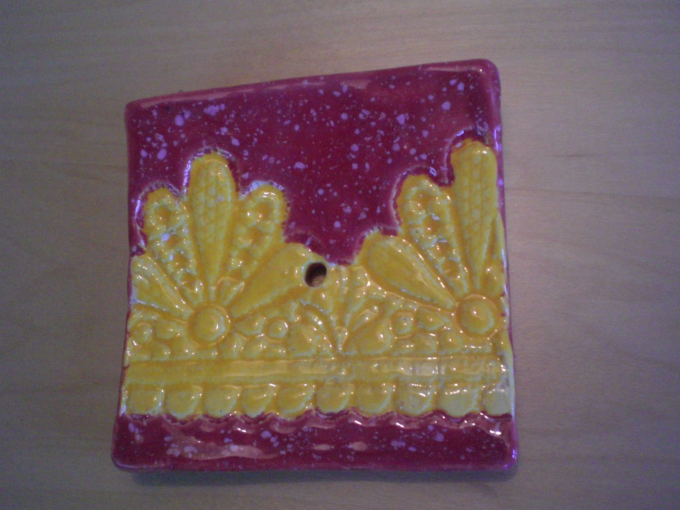Kleinesbild - Handgetöpferte Seifenschale rot gelb