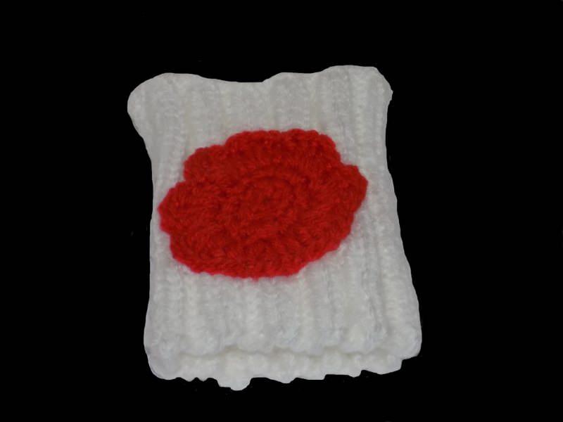 Kleinesbild - Handgemachte weiße Pulswärmer aus Polyacryl mit Häkelblüte