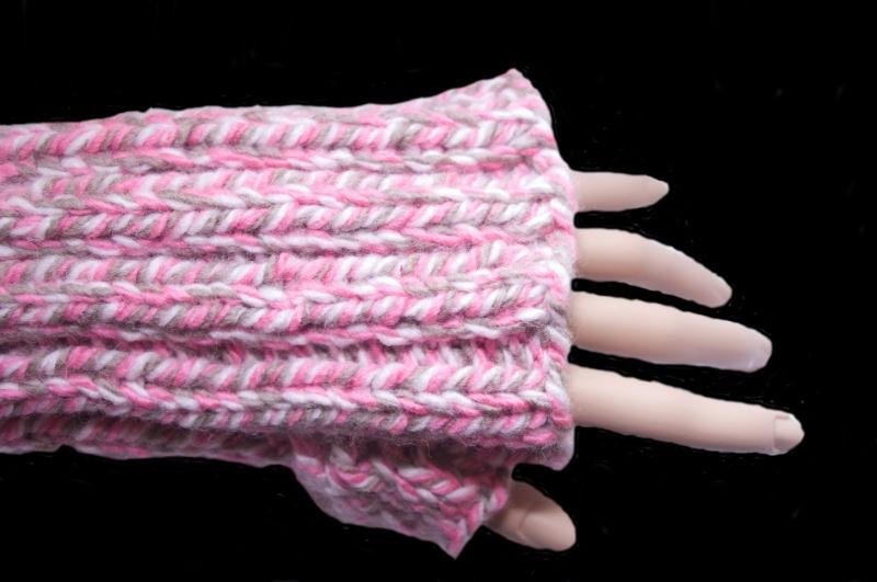 Kleinesbild - Handgemachte Armstulpen in Rosa, Grau und Weiß aus Wolle und Polyacryl