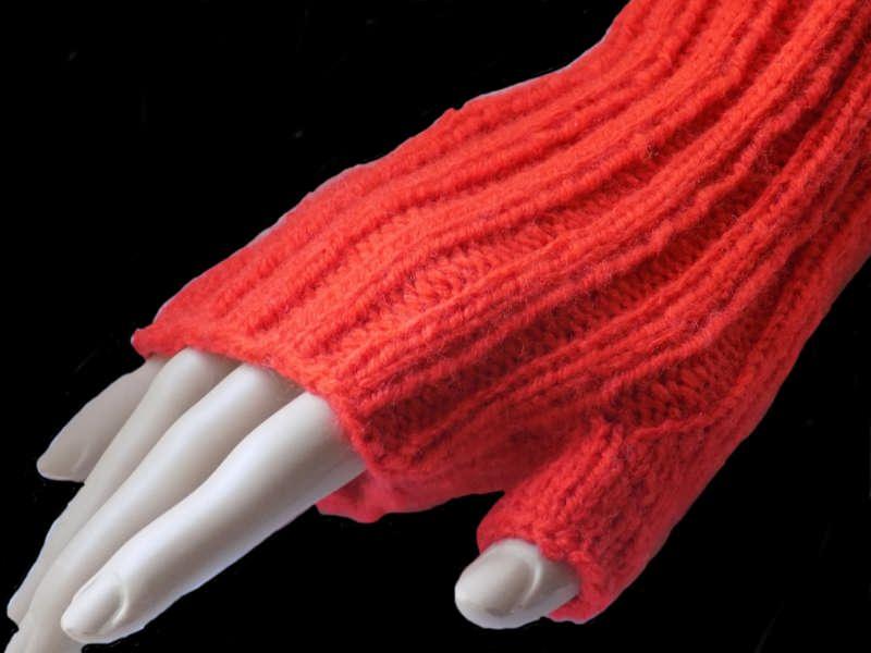 Kleinesbild - Handgestrickte Armstulpen in Orange aus Polyacryl