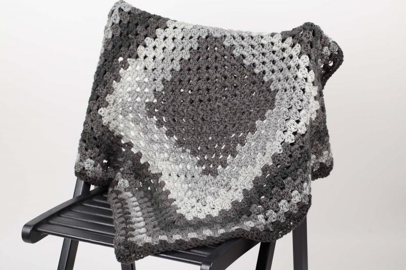 Kleinesbild - selbst gehäkelte Decke für den Kinderwagen, warm und kuschelig für Ihr Baby; grau- anthrazit - verlauf