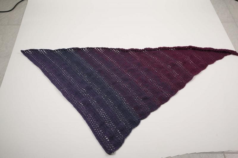 - asymetrisches Dreieckstuch gehäkelt Schultertuch, Tuch,  leicht und wärmend aus Farbverlaufsgarn in lila-Tönen - asymetrisches Dreieckstuch gehäkelt Schultertuch, Tuch,  leicht und wärmend aus Farbverlaufsgarn in lila-Tönen
