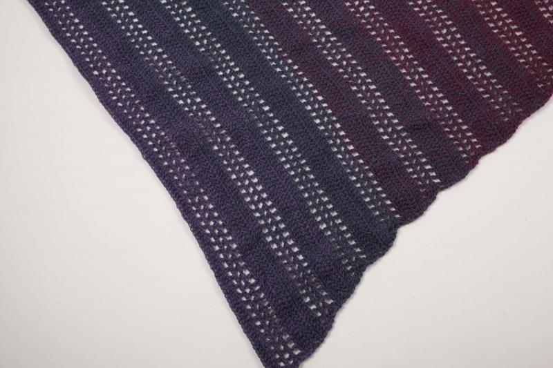 Kleinesbild - asymetrisches Dreieckstuch gehäkelt Schultertuch, Tuch,  leicht und wärmend aus Farbverlaufsgarn in lila-Tönen