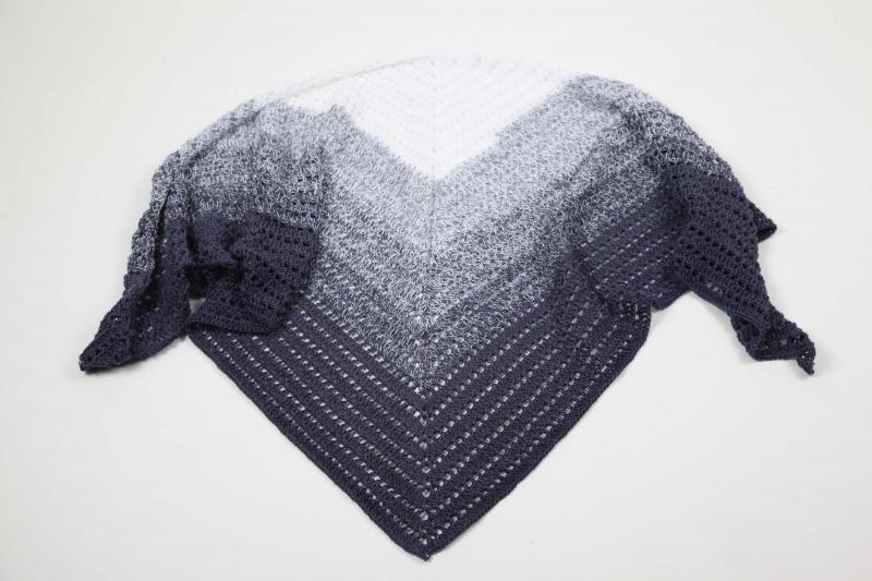 Kleinesbild - XXL Dreieckstuch handgehäkelt Schultertuch, Tuch, Stola luftig leicht im Muster-Mix m. schönem Farbverlauf