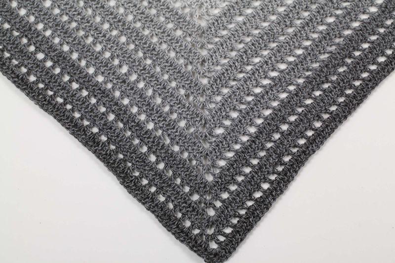 Kleinesbild - XL Dreieckstuch Schultertuch, Tuch, Stola luftig leicht super angenehm mit schönem Farbverlaufsgarn gehäkelt