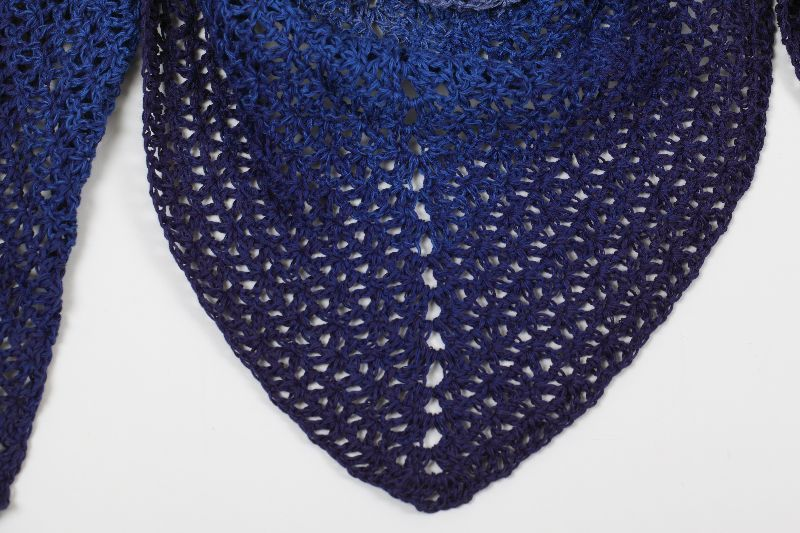 Kleinesbild - XL Dreieckstuch handgehäkelt Schultertuch, Tuch, Stola luftig leicht im Muster-Mix m. schönem Farbverlauf