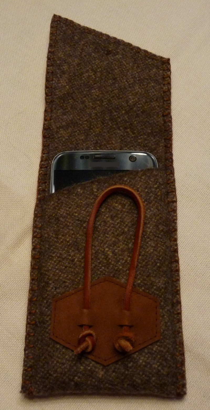 Kleinesbild - Rustikale Handyhülle aus Gebirgsloden mit silberfarbenem Knopf