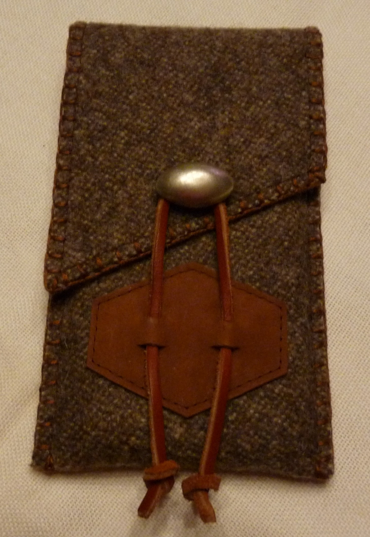 - Rustikale Handyhülle aus Gebirgsloden mit silberfarbenem Knopf - Rustikale Handyhülle aus Gebirgsloden mit silberfarbenem Knopf