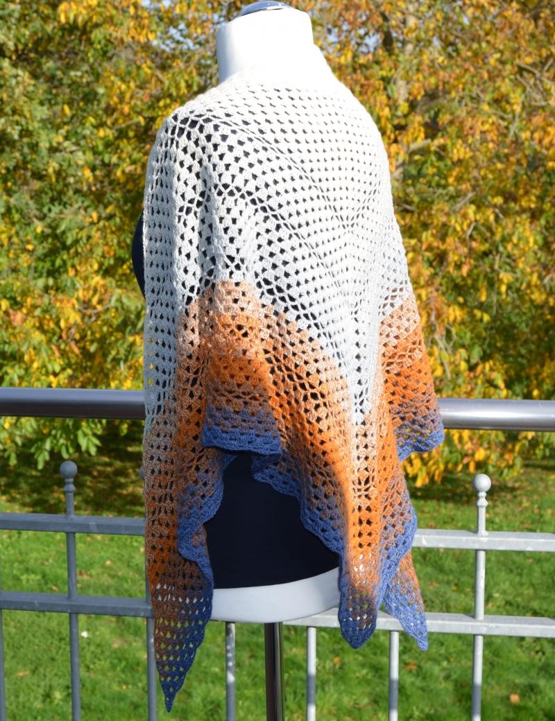 """Kleinesbild - Gehäkeltes Dreieckstuch """" AM SEE """"aus Merino & Cashmere / Lana Grossa Farbverlaufsgarn"""