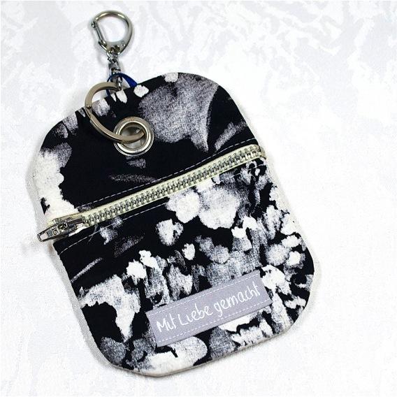 Kleinesbild - Praktischer Schlüsselanhänger mit Chiptäschchen ,floral-schwarz-weiß