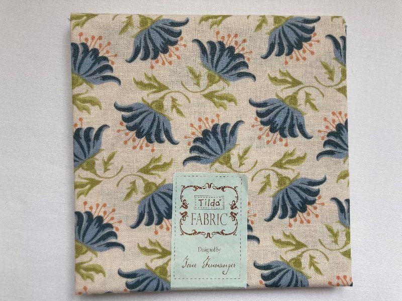 - Tilda Fat Quarter blau mit Blüten - Tilda Fat Quarter blau mit Blüten