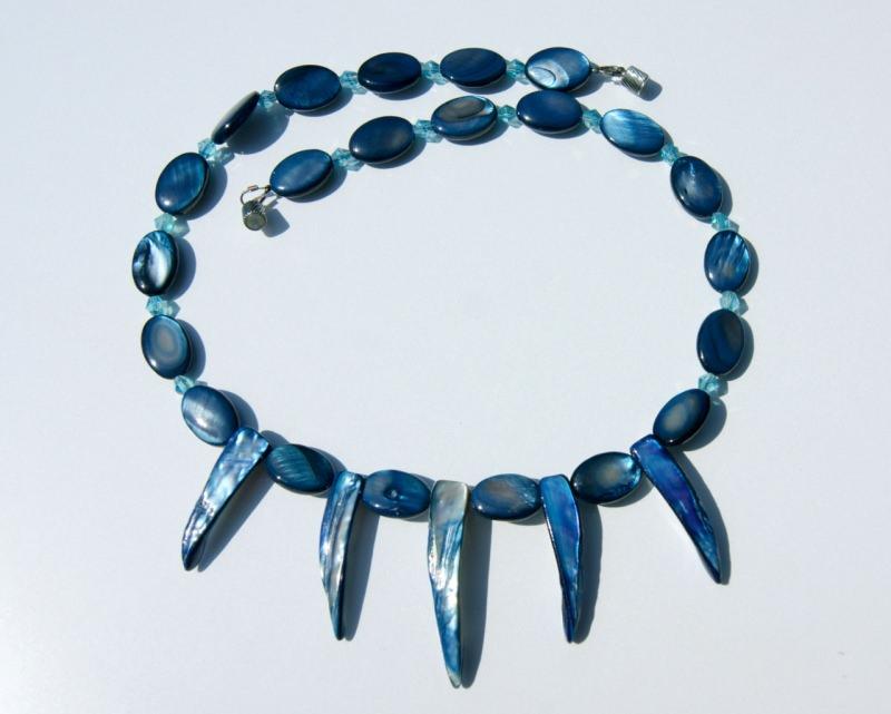 Kleinesbild - Halskette mit ZÄHNEN Perlmutt blau Unikat originell ausgefallen
