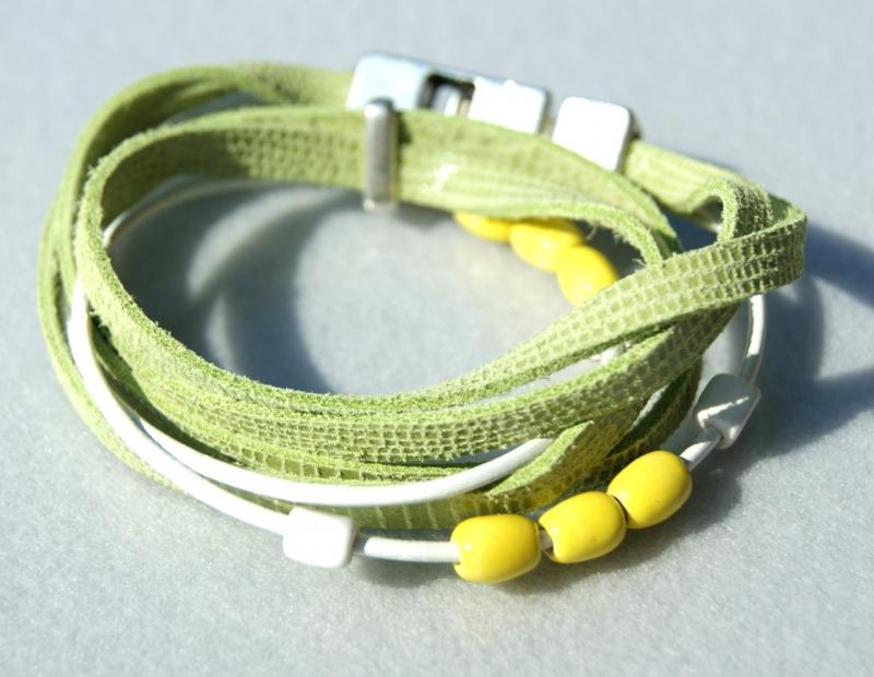 Kleinesbild - Wickelarmband FRÜHLING Velourleder Rindleder Keramik grün gelb lässig verspielt Unikat