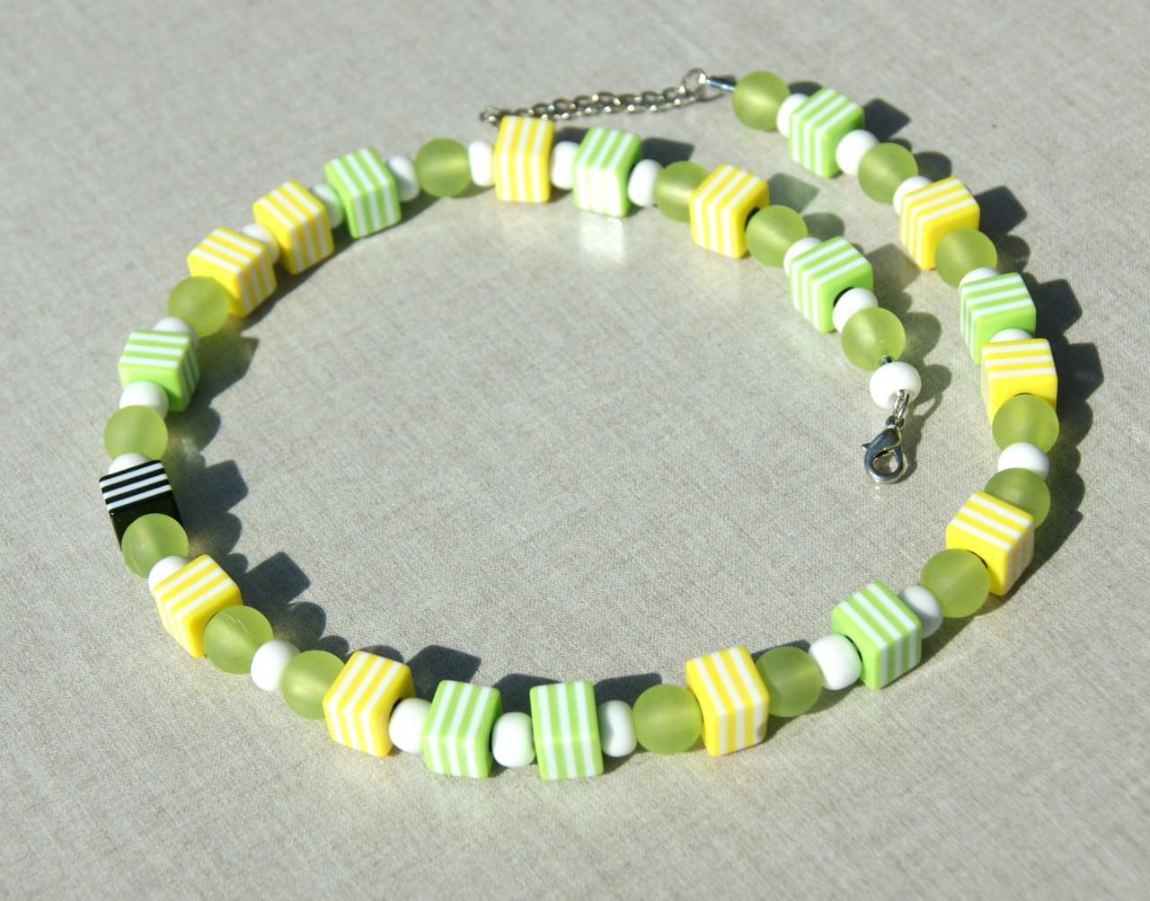 Kleinesbild - Kette SCHWARZES SCHAF im Frühling gelb weiß hellgrün Lederband Würfel Unikat