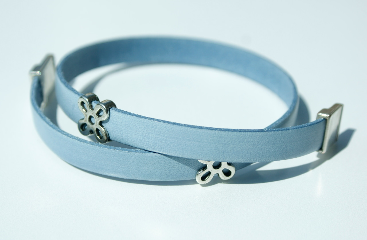 Kleinesbild - Wickelarmband BLÜTEN Leder hellblau Magnetverschluss romantisch