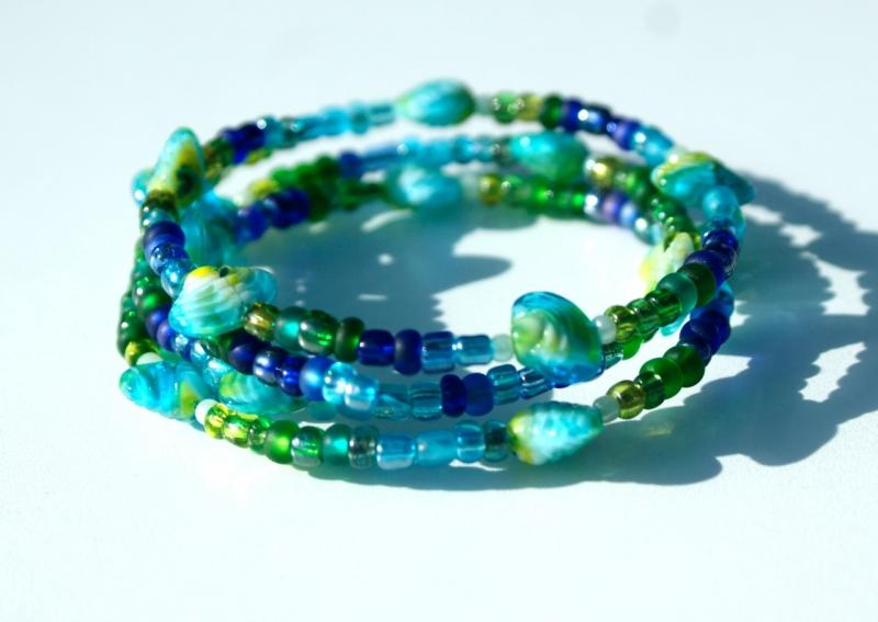 Kleinesbild - Spiralarmband MUSCHELN blau-grün verspielt maritim blau grün gelb Glas