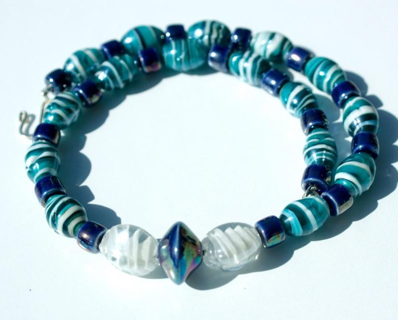 Kleinesbild - Halskette LAMPWORK mit KERAMIK petrol blau weiß Leder Metall versilbert Glanz Unikat Collier extravagant