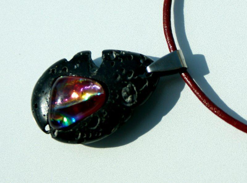 Kleinesbild - glitzer - GLUT in LAVA-Tropfen Anhänger Kette Leder Edelstahl dichroitisches Glas Unikat extravagant verspielt schwarz rot