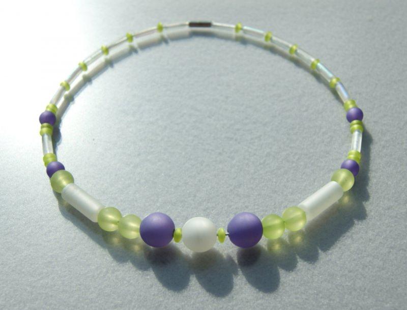 Kleinesbild - Halsreif POLARIS  weiß lila hellgrün frisch Kugeln Stäbchen Polarisperlen leicht Unikat