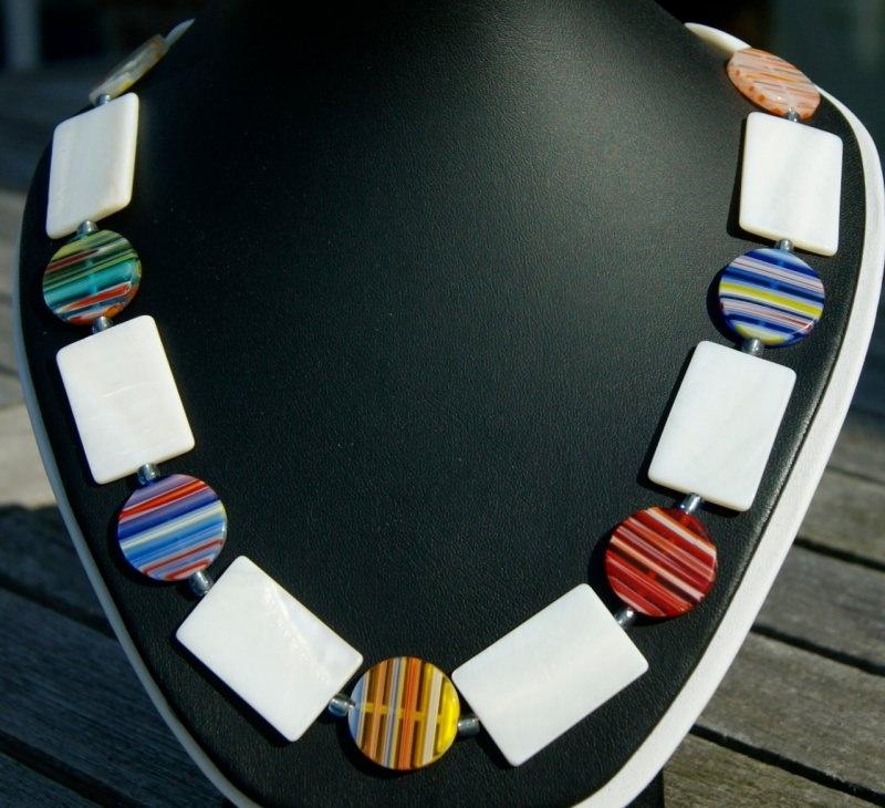 Kleinesbild - Collier WEISS-BUNT Rechtecke und Kreise Perlmutt Glas Millefiori Halskette Unikat leicht Sommer ausgefallen originell