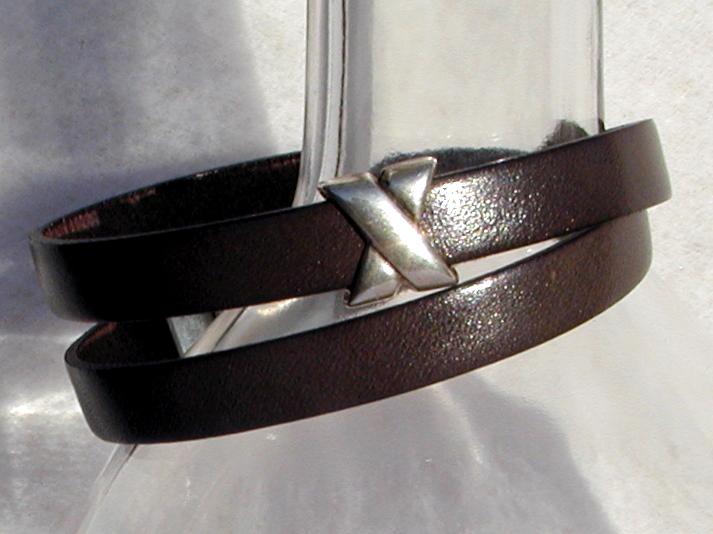 Kleinesbild - schlichtes Wickelarmband für Männer Leder braun Kreuz lässig