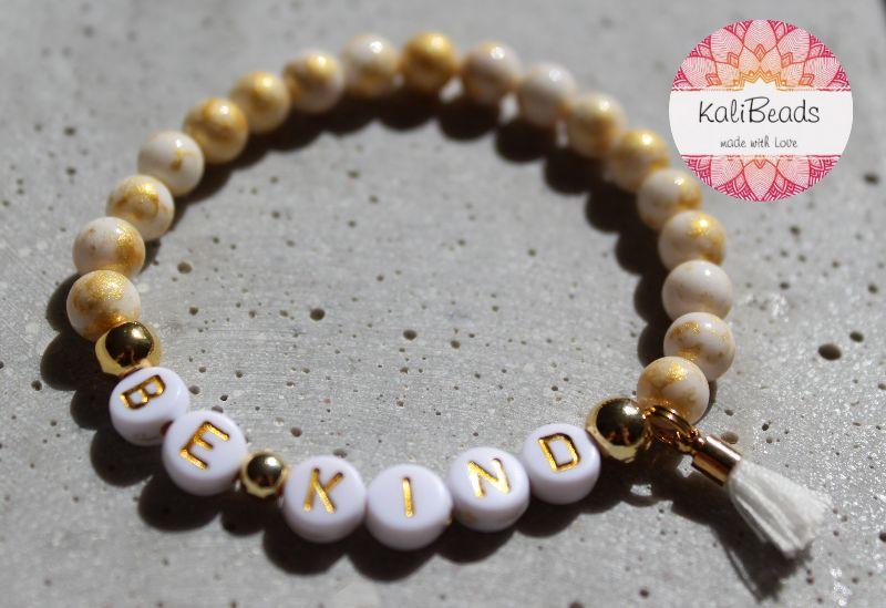 """Kleinesbild - Armband """"Be-kind"""" aus Buchstabenperlen"""