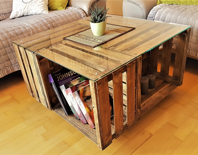 wohnen tisch aus weinkisten mit glasplatte auf rollen. Black Bedroom Furniture Sets. Home Design Ideas