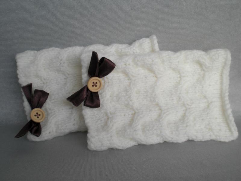 - handgestrickte weiße Pulswärmer im Zopfmuster mit einer kleinen Satinschleife - handgestrickte weiße Pulswärmer im Zopfmuster mit einer kleinen Satinschleife