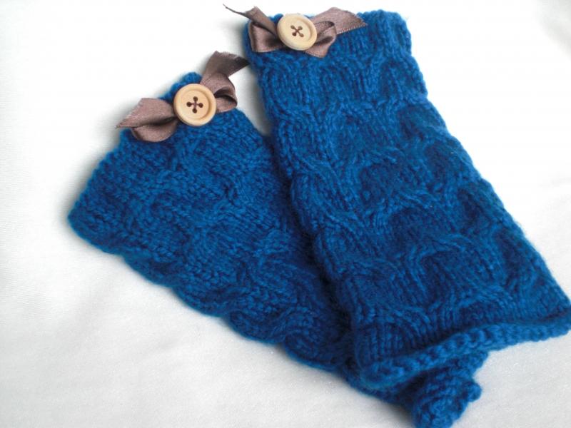 Kleinesbild - Ein Paar blau gestrickte, besonders weiche Armstulpen in Zopfmuster