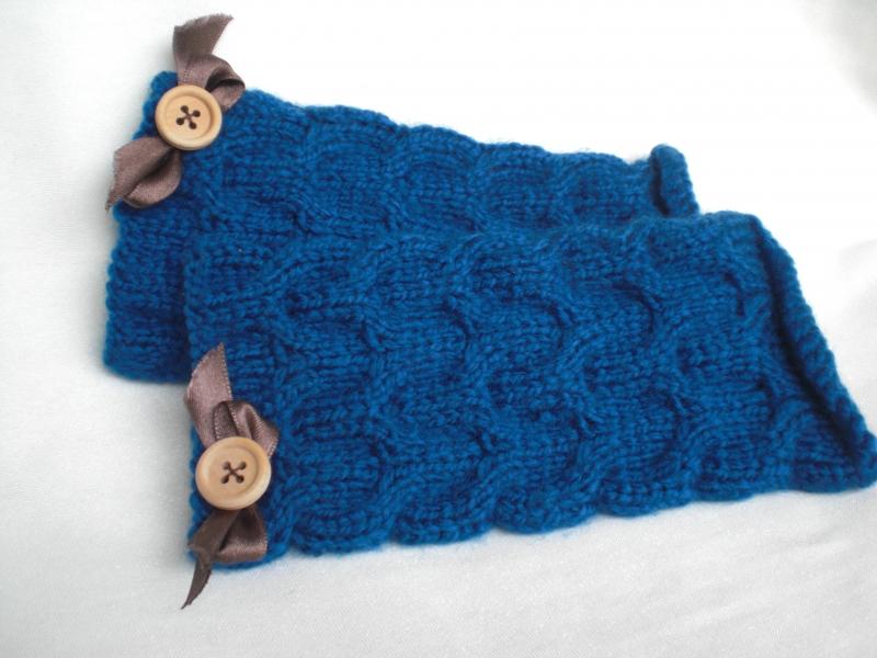 - Ein Paar blau gestrickte, besonders weiche Armstulpen in Zopfmuster - Ein Paar blau gestrickte, besonders weiche Armstulpen in Zopfmuster