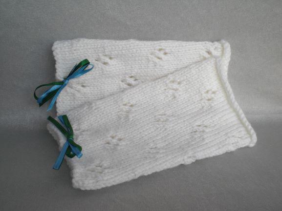 - handgestrickte Pulswärmer in wollweiß mit Lochmuster und kleiner Satinschleife in grün und blau kaufen - handgestrickte Pulswärmer in wollweiß mit Lochmuster und kleiner Satinschleife in grün und blau kaufen