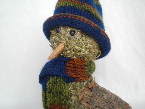 """Kleinesbild - sitzender Heuvogel Winnie"""" Heufigur mit Wollmütze und Schal kaufen"""