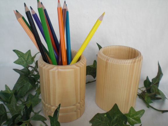 Kleinesbild - Stiftebox aus Holz, gedrechselt incl. 12 Buntstiften, Handarbeit kaufen