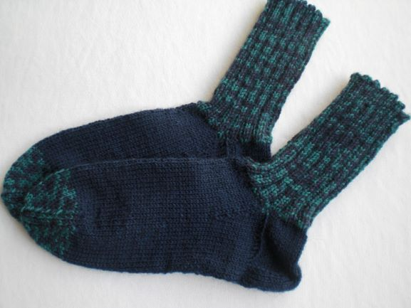 Kleinesbild - handgestrickte warme Socken in Gr. 30/31, dunkelblau/grün, kaufen