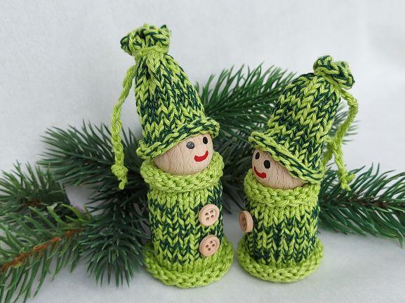 Kleinesbild - 2 kleine Wichtel, gedrechselt und bestrickt in grün, 10 und 9 cm, kaufen