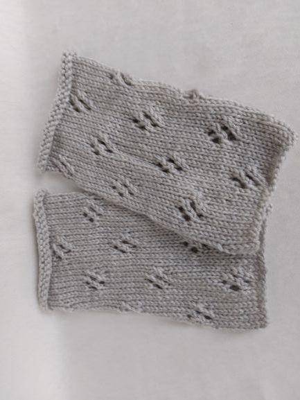 Kleinesbild - handgestrickte Pulswärmer in hellgrau mit Lochmuster kaufen